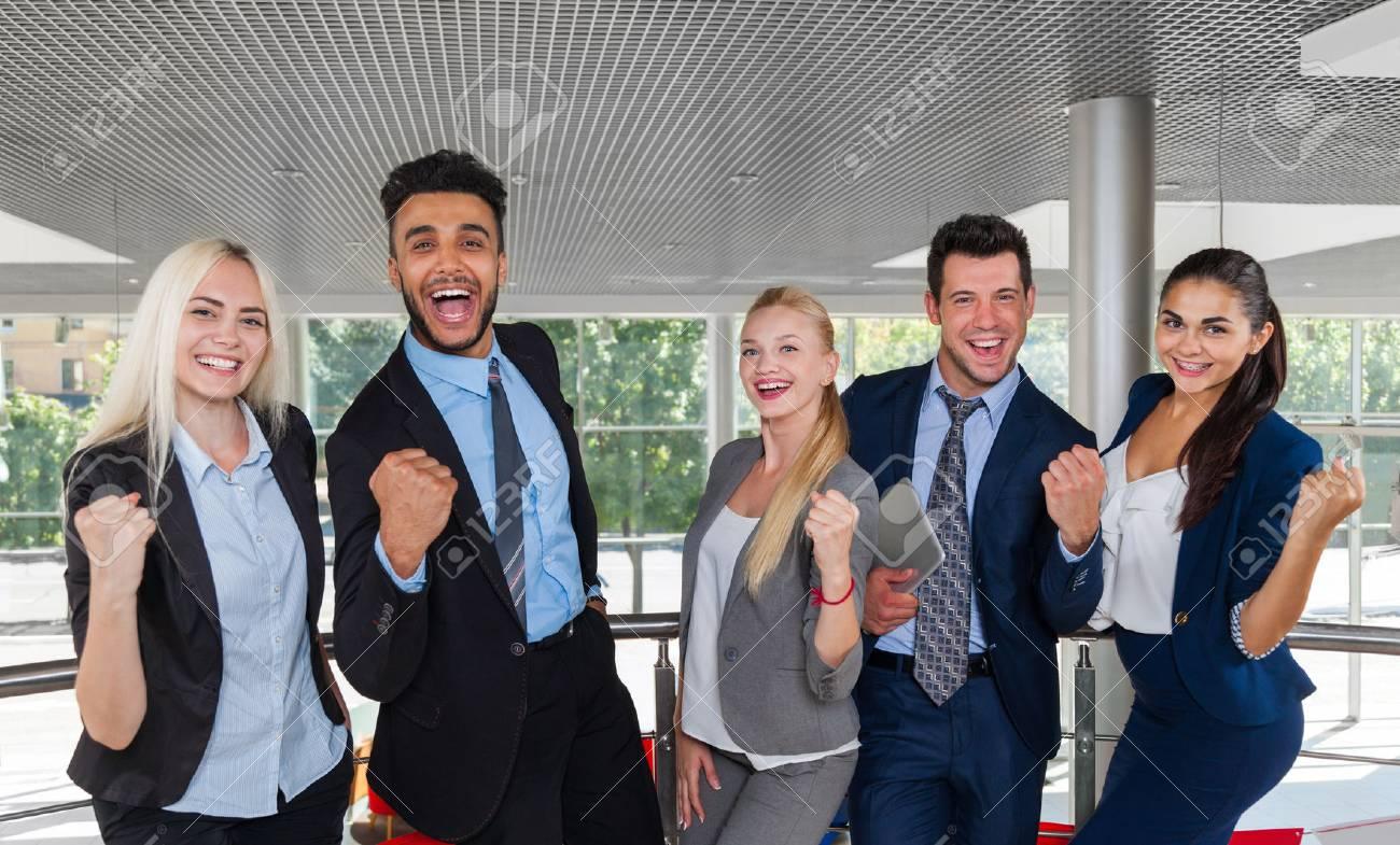 Groupe de gens d affaires heureux sourire debout au bureau moderne