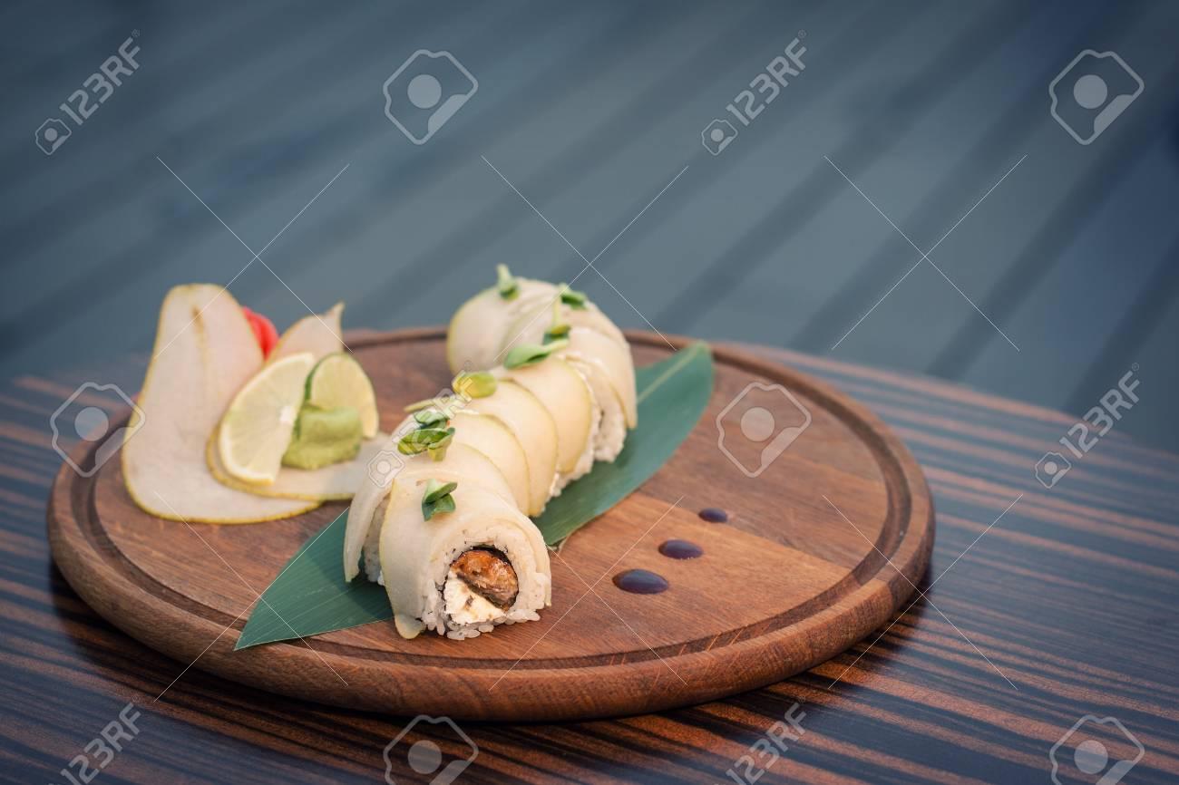 Drachen-Sushi Mit Birne Auf Holztisch; Traditionelle Japanische ...