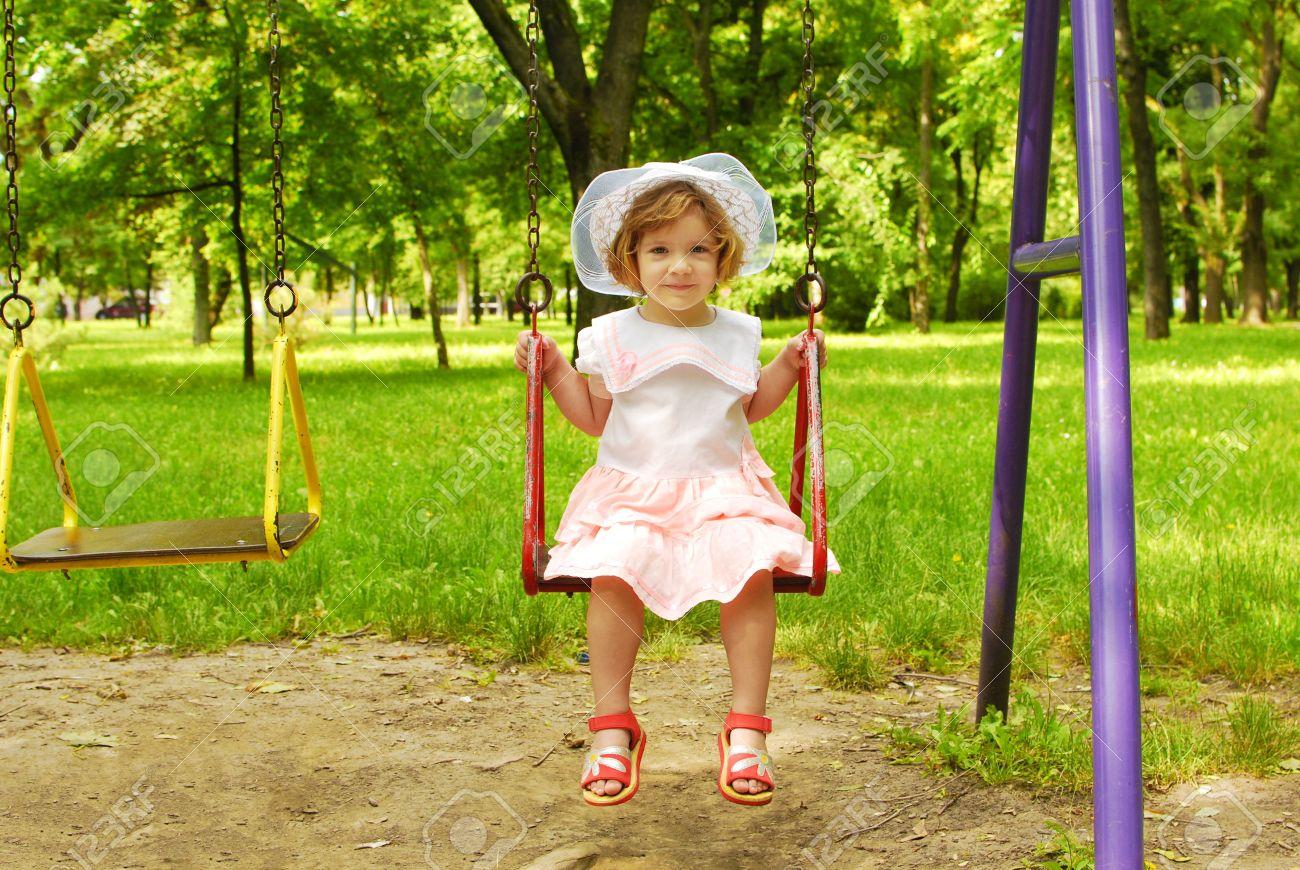banque dimages petite fille assise sur la balanoire