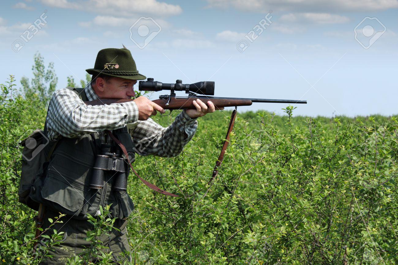 e26c11b6415 hunter aiming with sniper rifle Stock Photo - 17567717