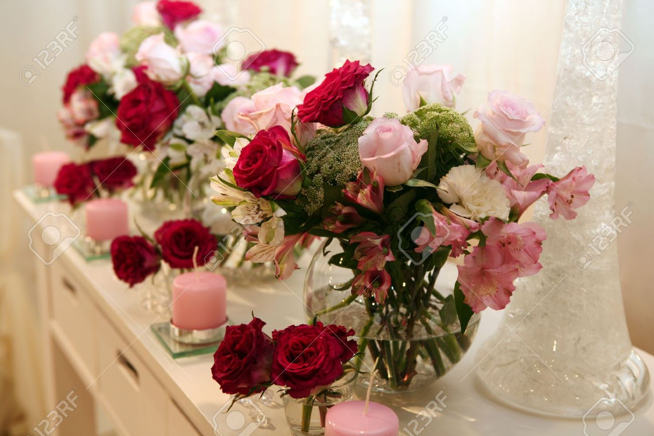 Roses and candles as a decoration - 8119602