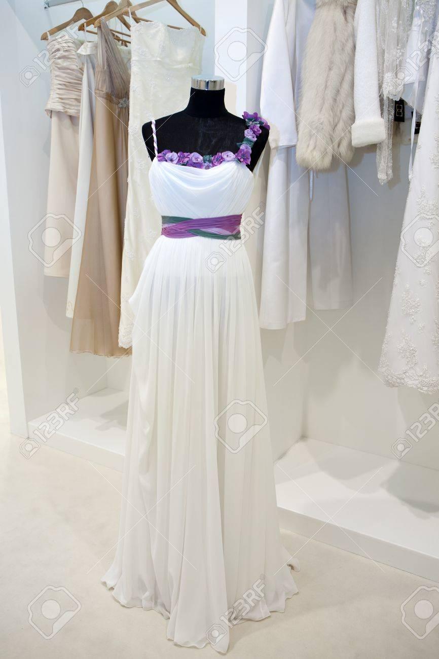 Hochzeitskleid Auf Einer Schaufensterpuppe In Einem
