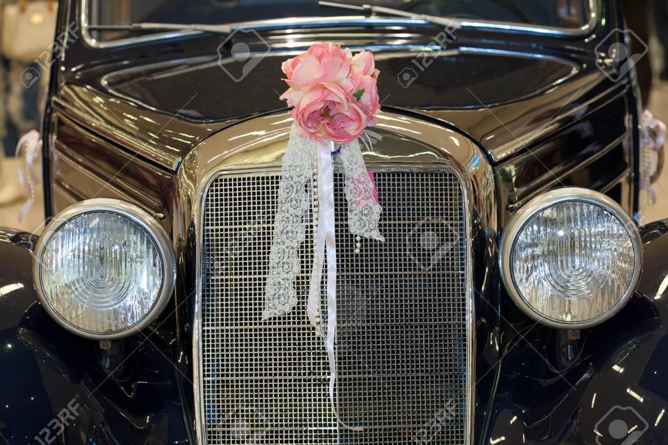 Oldtimer Mit Hochzeitsstrauss Lizenzfreie Fotos Bilder Und Stock