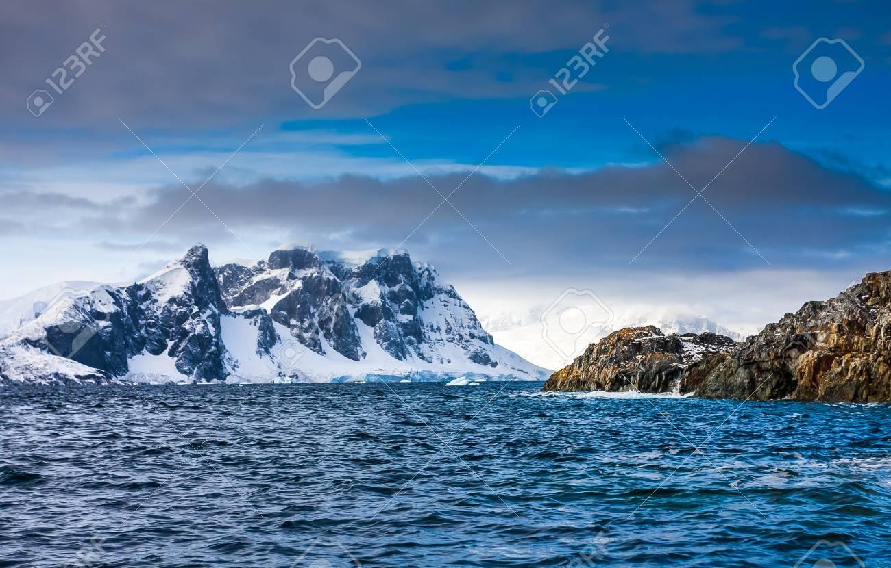 南極大陸の青空に美しい雪をかぶ...