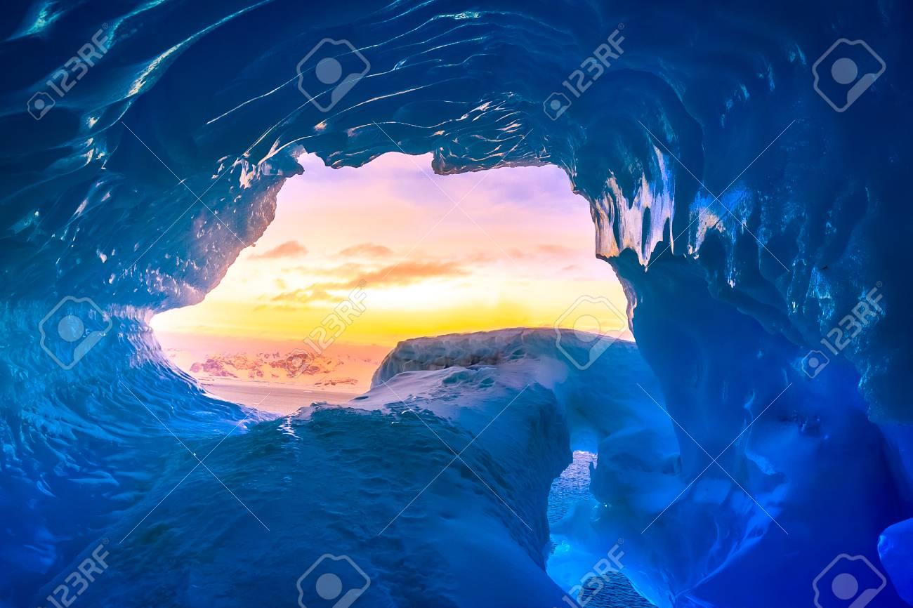 南極大陸の青の洞窟からの出口。...