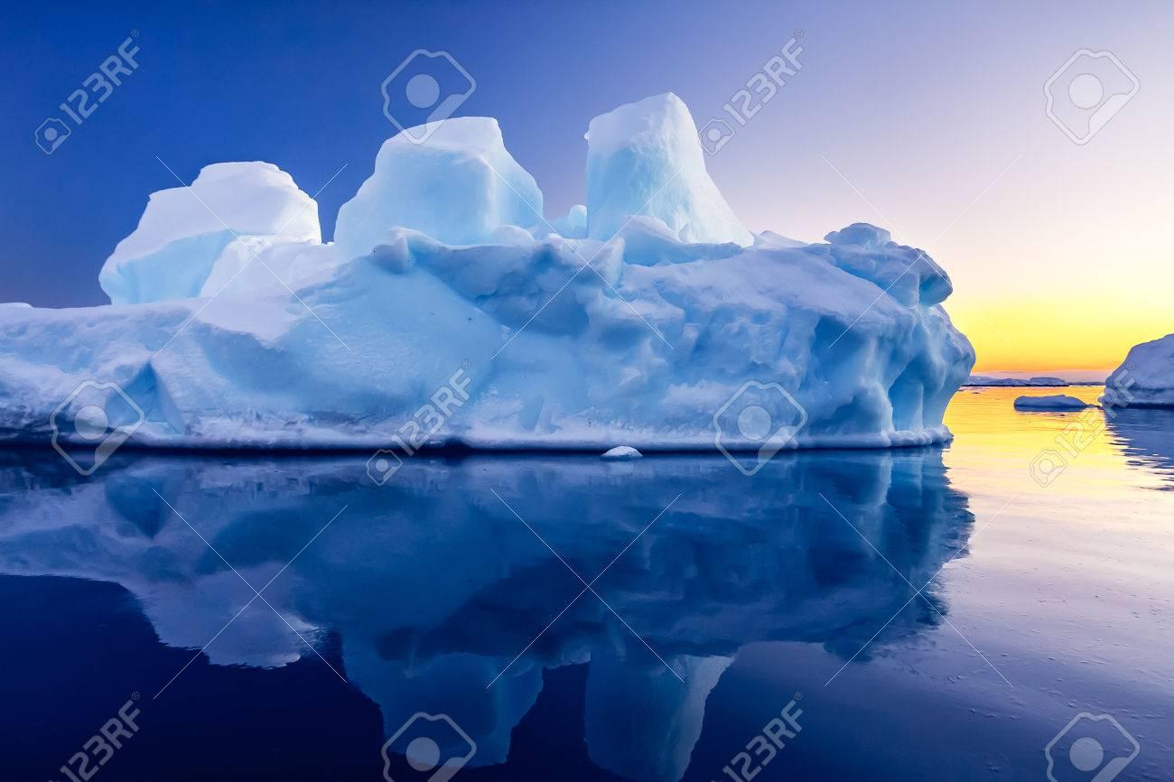 雪の中で南極の氷河。美しい冬の...