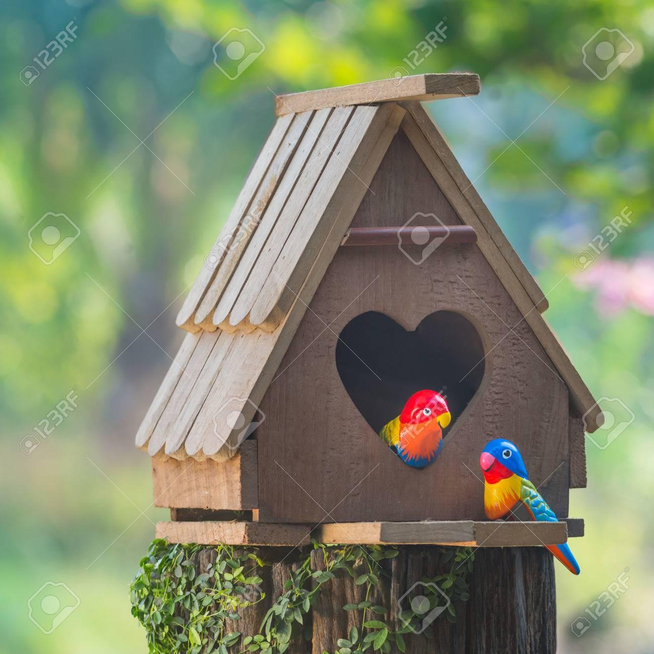 3e62039351793 Casa para pájaros tiene una entrada en forma de corazón y dos aves de amor  hecha