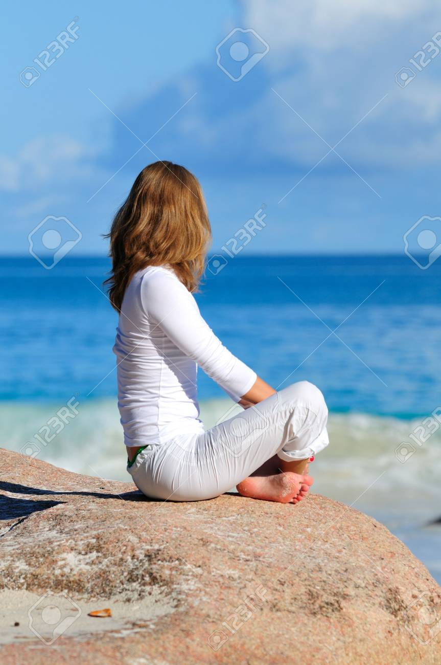 Young woman in lotus pose meditating Stock Photo - 17099053