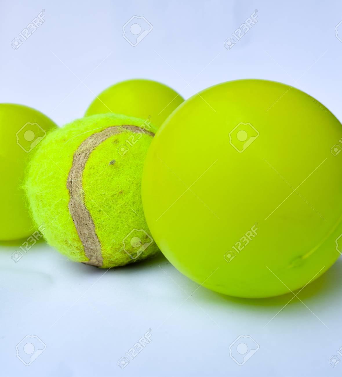 08d09074a8076 Balle de tennis et boules vertes sur fond blanc Banque d'images - 55446541