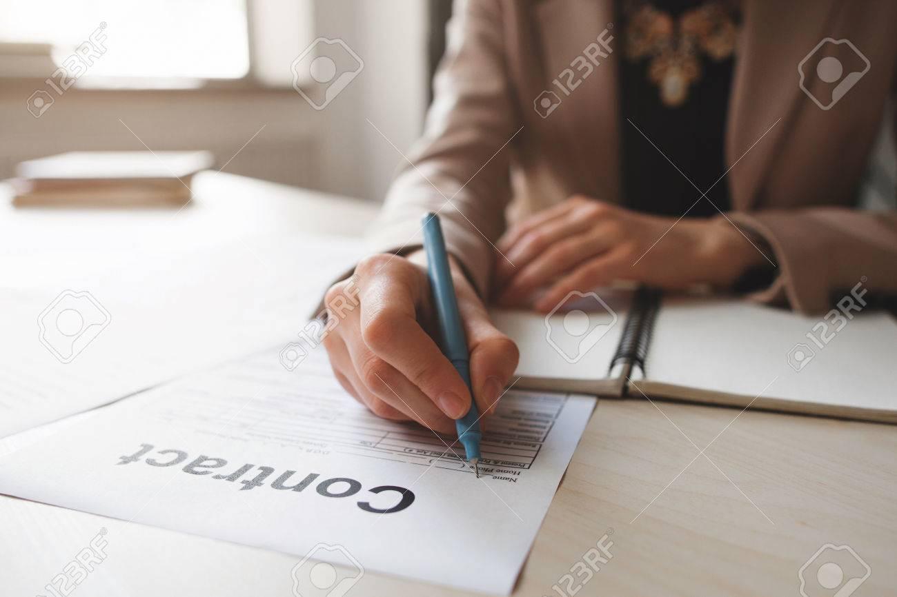 Weibliche Hand Mit Stift Persönlichen Daten Auf Formular Ausfüllen ...