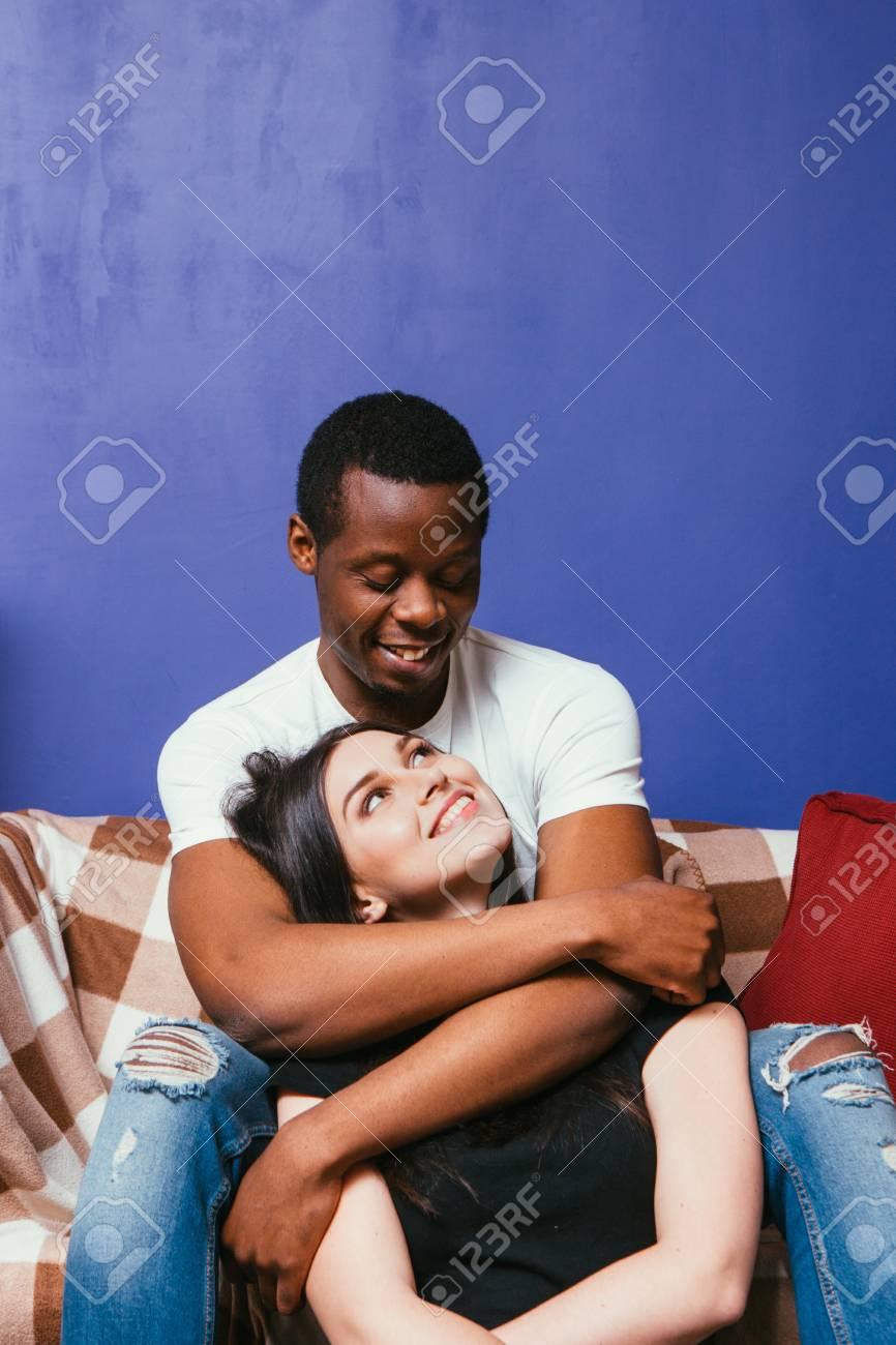 Schwarzes Mädchen küsst weißen Kerl