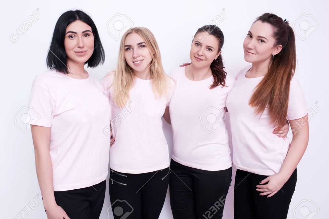 7fb8e2945d4 Foto de archivo - Grupo de mujeres en camisetas blancas. Jóvenes amigos, la  publicidad en la ropa, campaña promocional, sonriendo azafatas, ...