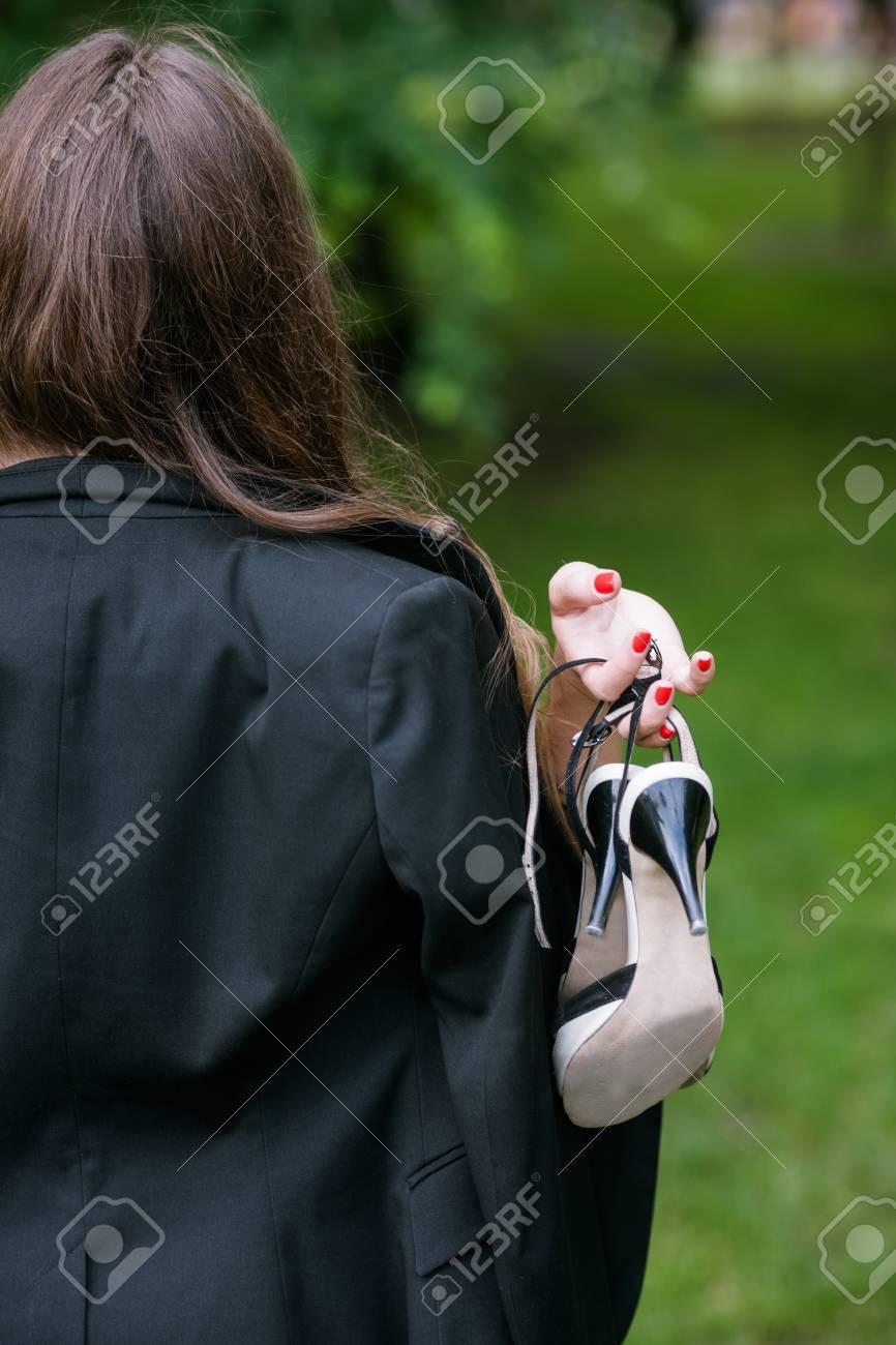 自信のある女性は、彼女の靴なし...