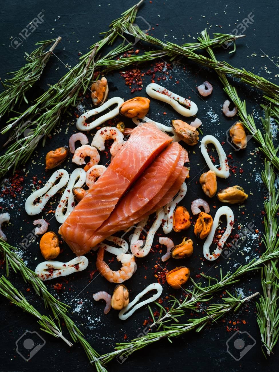 57c0e097fc Standard-Bild - Meeresfrüchte- und Lachssortiment auf dunklem Hintergrund.  Omega-3-Säure ungesättigte Fette. Gesundes Essen. Mediterrane Küche Konzept