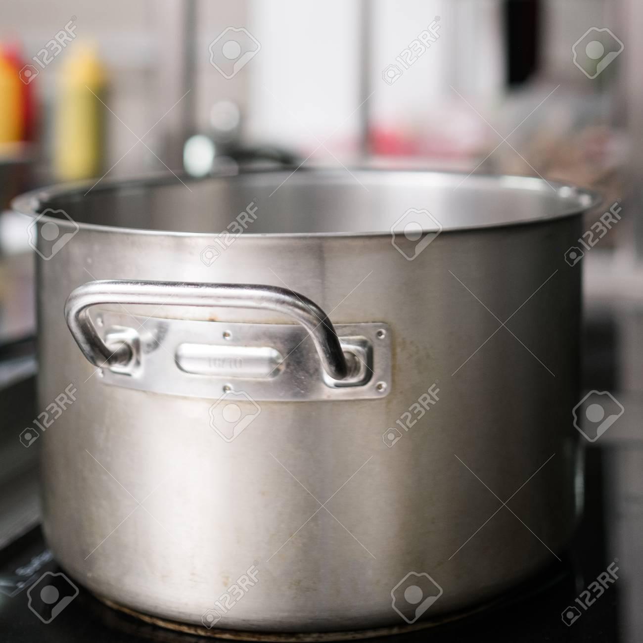 Cacerola Y Otros Utensilios De Cocina En El Restaurante