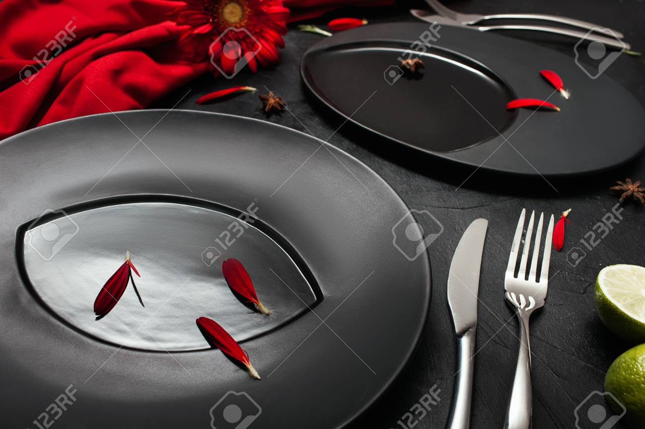 Plaque mat sur fond noir avec un décor rouge. salle de bains mise en page  de restaurant pour le dîner de fantaisie concept