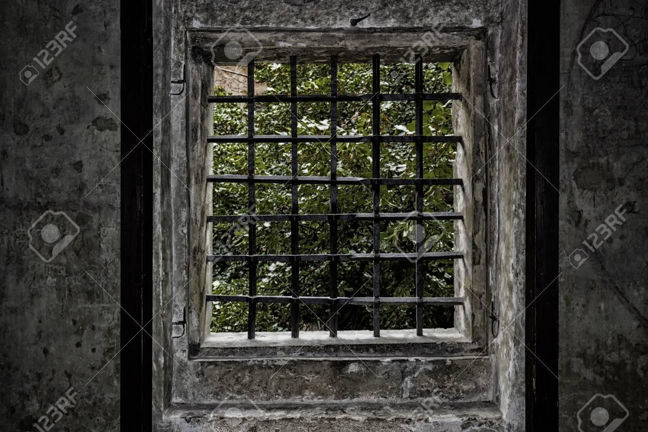 Top Mittelalterliches Fenster Mit Eisengitter In Prag. Alte LJ07