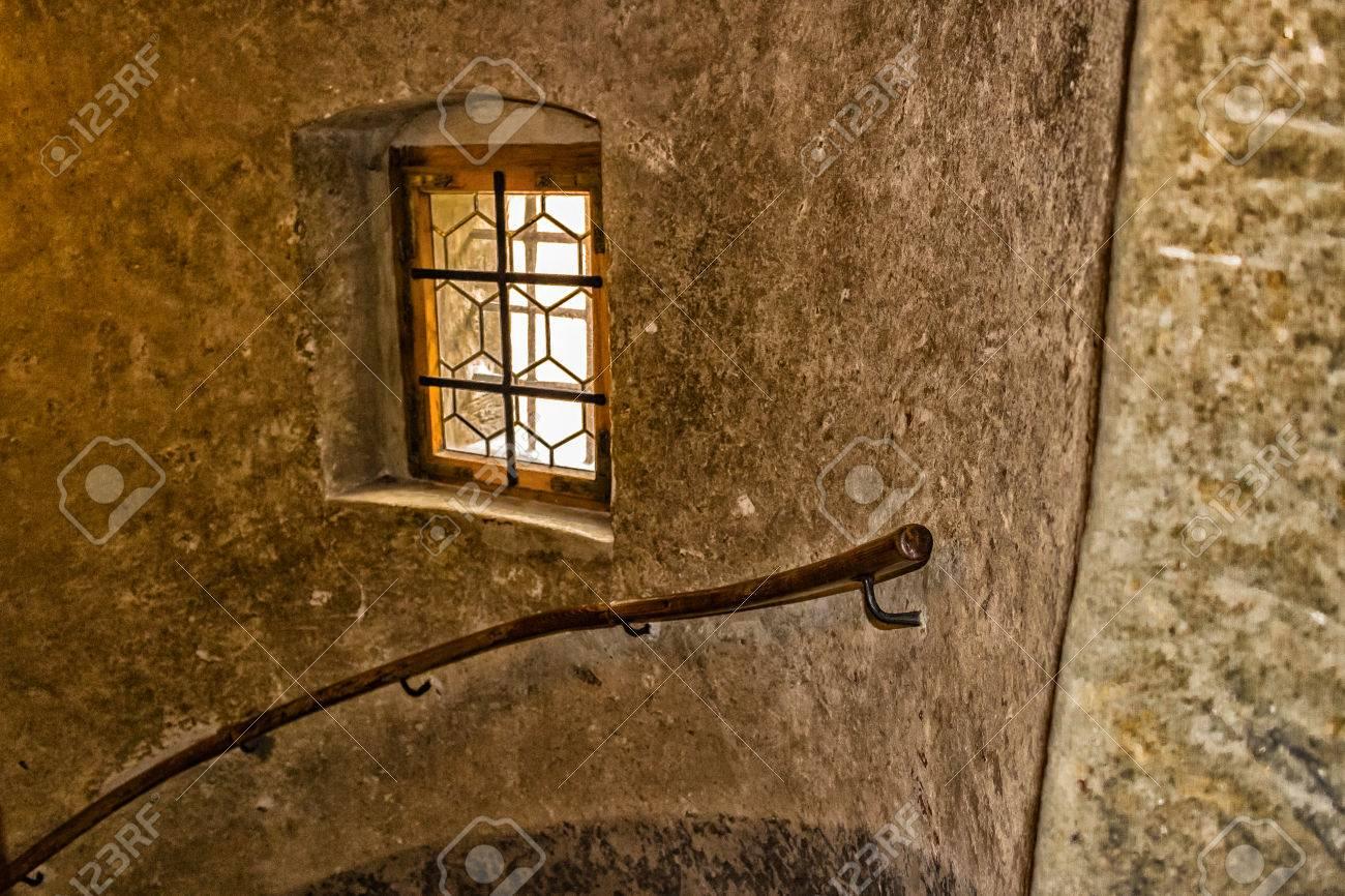 Finestra medievale con struttura in legno e sbarre di ferro a ...