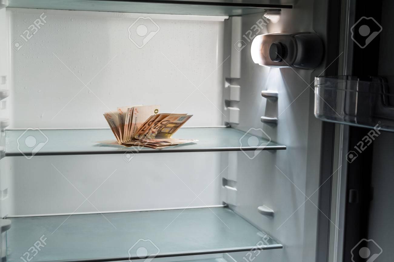 Kühlschrank Licht : Frisches geld in den kühlschrank: eine handvoll von 50 euro