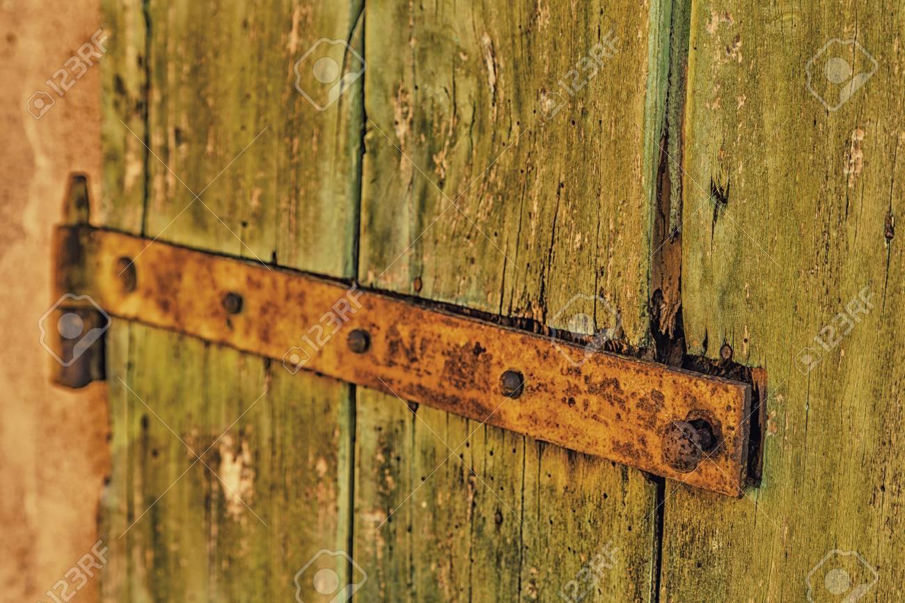 Vieille Porte En Bois Ancienne charnière rouillée d'une vieille porte en bois d'une ancienne grange de  campagne