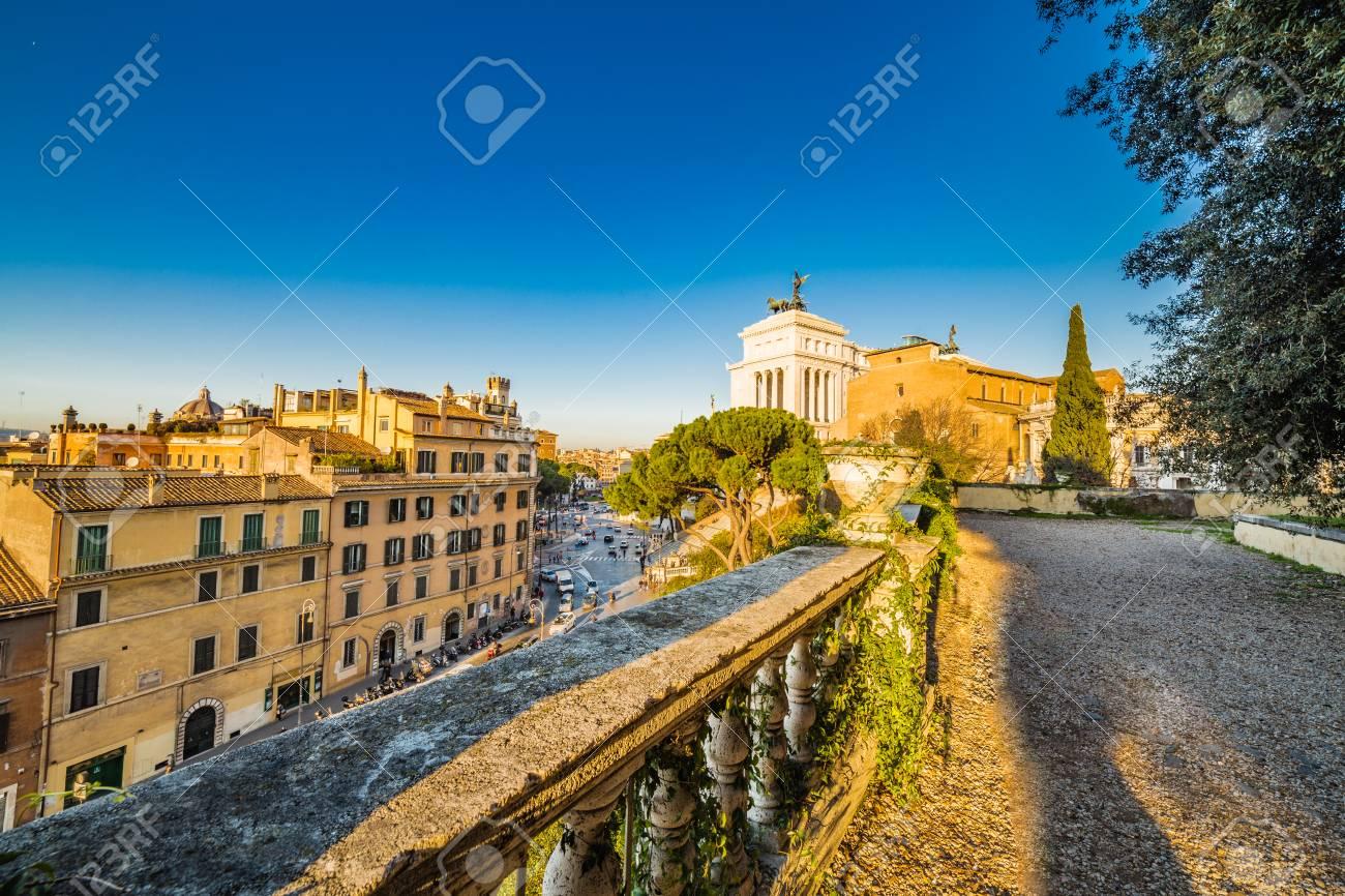 Vista Panoramica Del Centro Storico Di Roma, Italia Dalla Terrazza ...