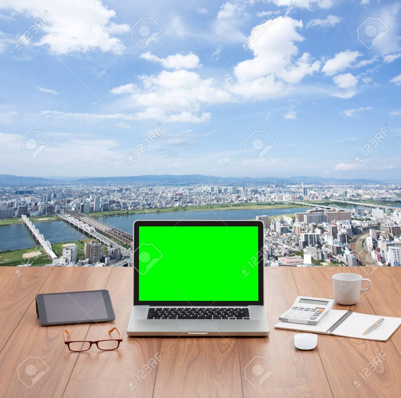 Blank Ordinateur Vert Portable D Ecran Sur La Table En Bois Avec Un Fond Paysage Urbain