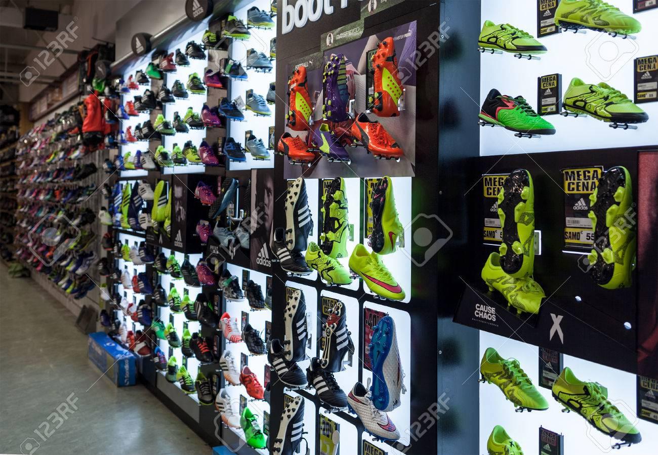 ... 2015  La photo montre un mur d affichage de chaussures de football au  magasin SPORT 2000. Dans l image sont principalement montré les exemples  Adidas, ... 5ba28a5b0734