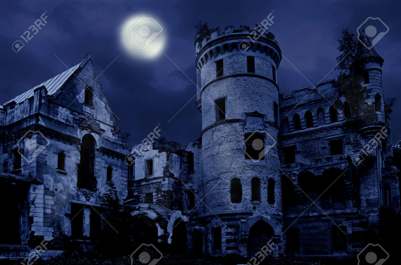 Verlaten landhuis in gotische stijl, muromtzevo, centraal rusland ...