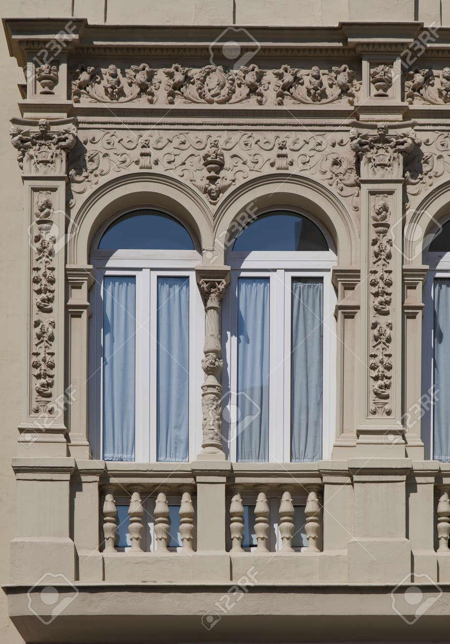 Double fenêtre ornée dans le style mauresque, Sevilla, Espagne Banque  d\u0027images ,