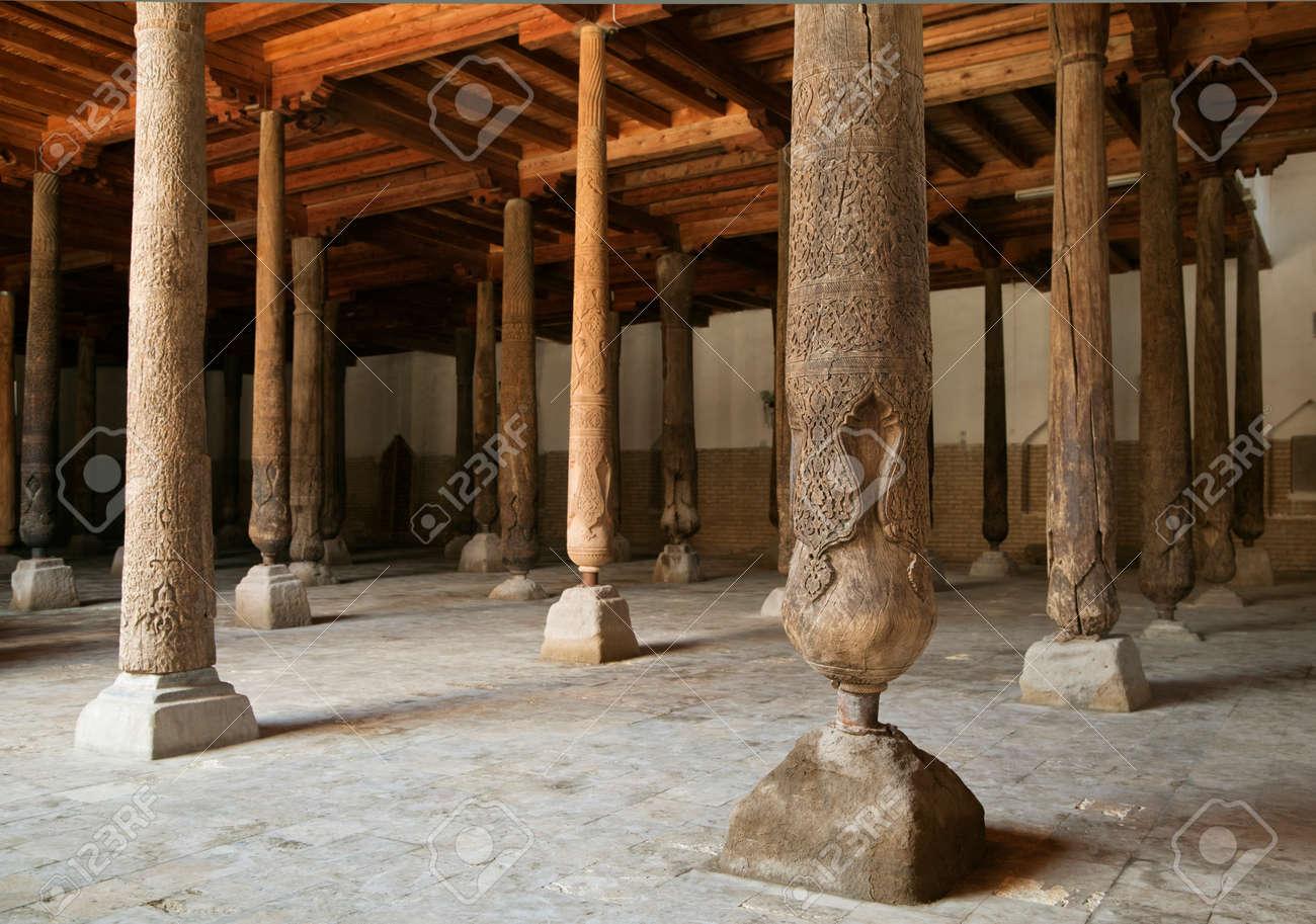 Immagini Stock - Venerdì - Djuma - Moschea Con Colonne In Legno ...