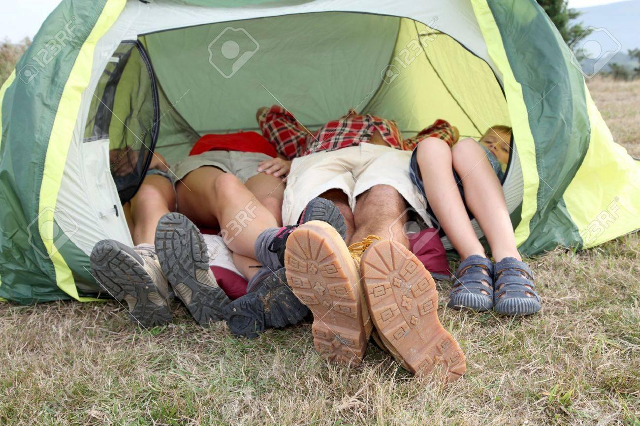 Camping Zelt und Füsse – kaufen Sie dieses Foto und finden