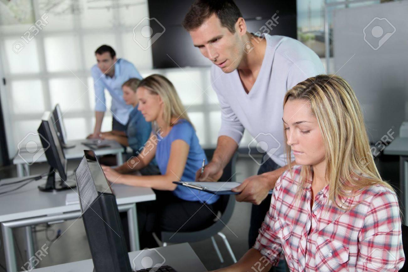 Grupo de personas que trabajan en la Oficina  Foto de archivo - 8087442