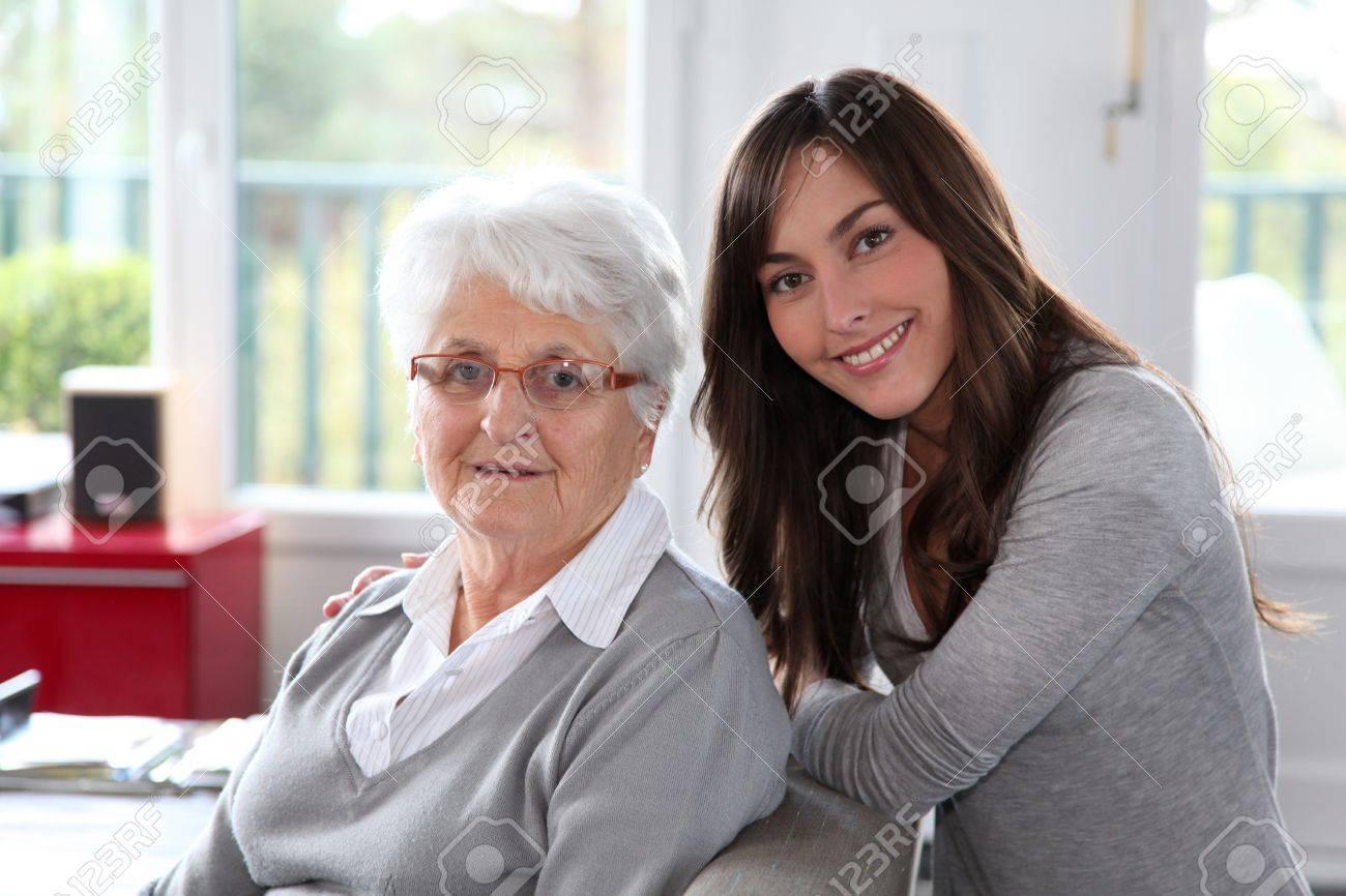 femme agee avec jeune