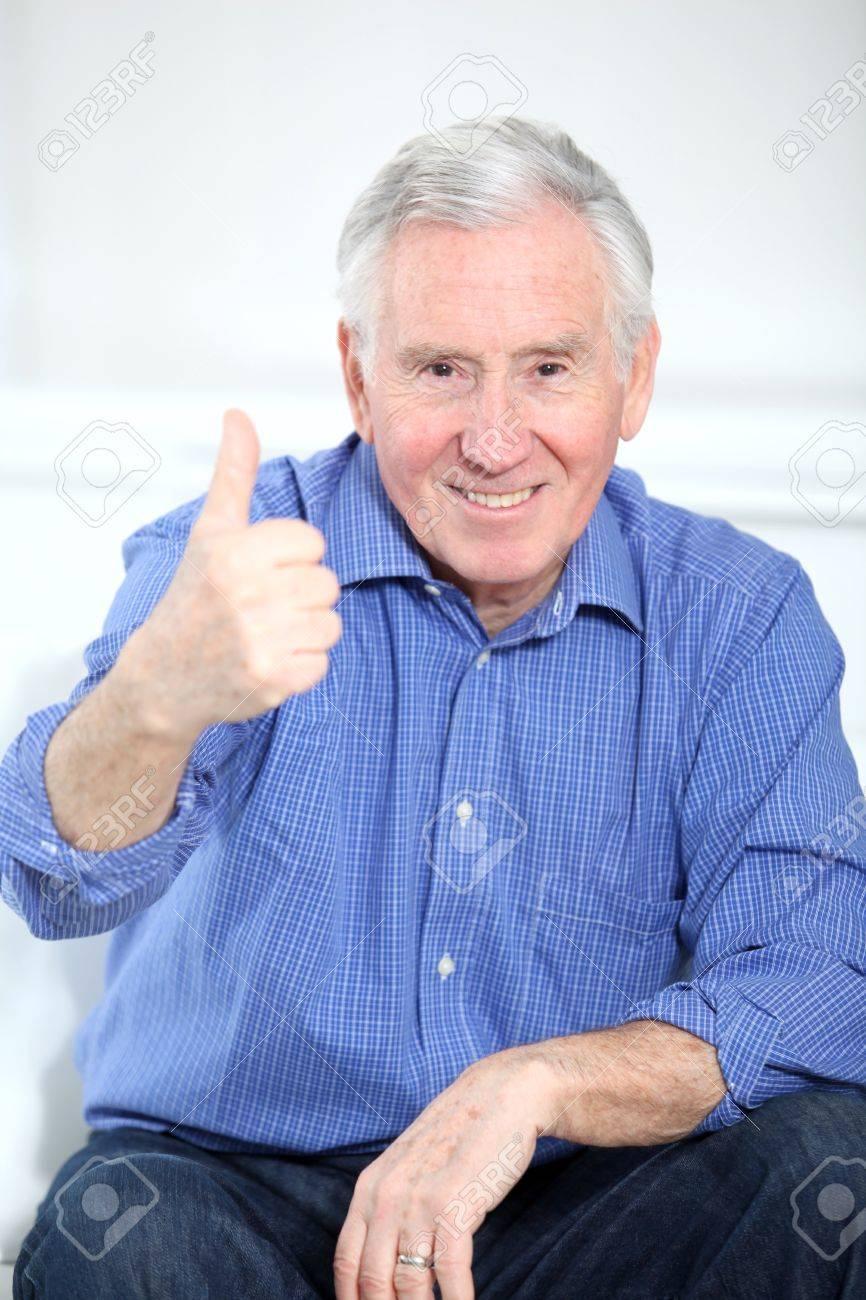 Retrato De Sonreír Anciano Con Pulgar Arriba Fotos, Retratos ...