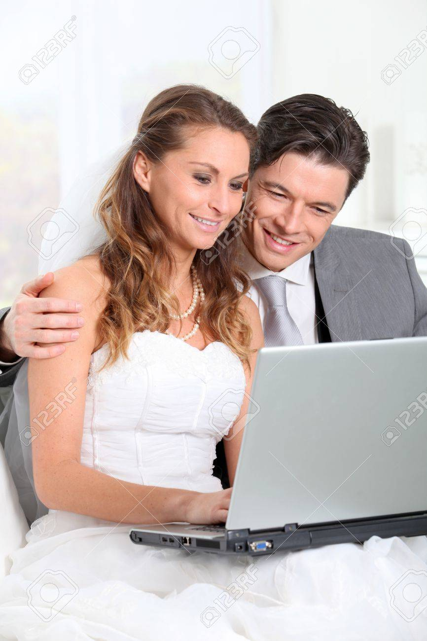 Bride and groom surfing on internet Stock Photo - 9002142