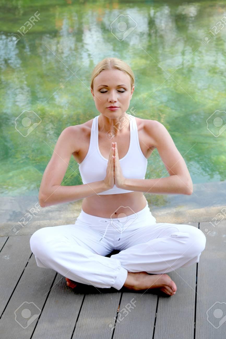 Mujer Haciendo Ejercicios De Yoga En La Terraza De La Piscina