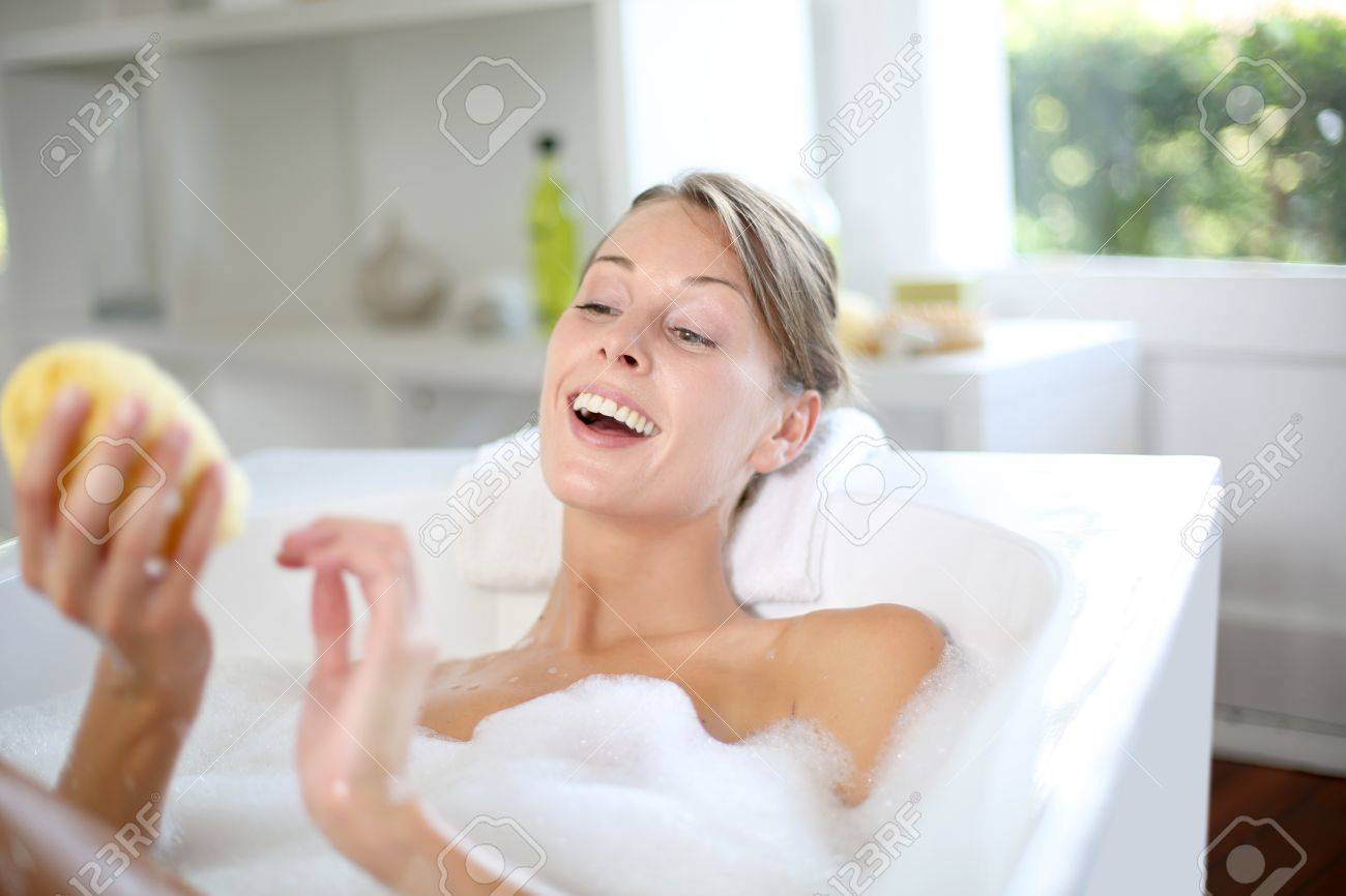 Beautiful woman using bath sponge Standard-Bild - 15290614