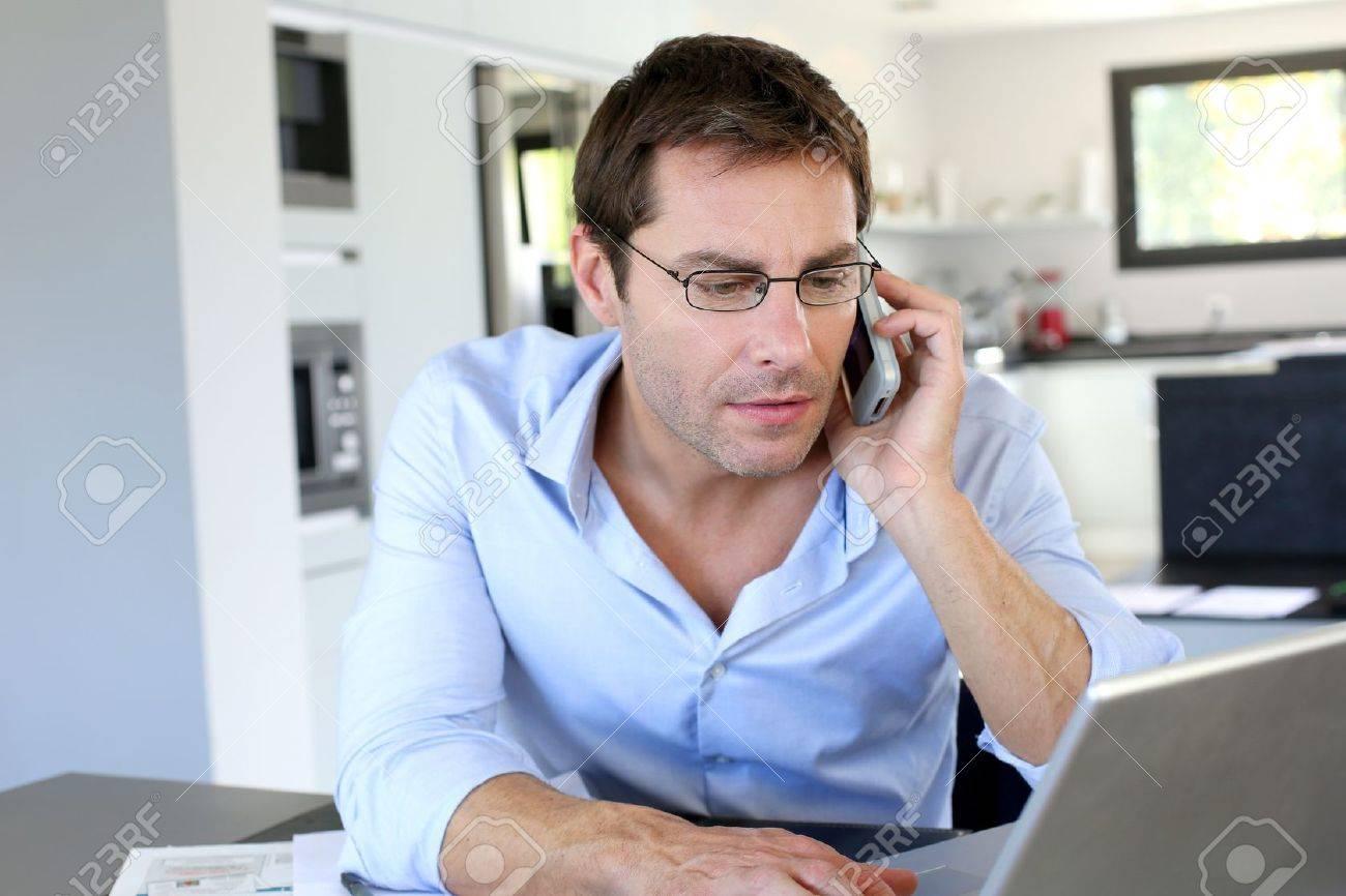 Employ De Bureau Accueil Parlait Au Tlphone Mobile Banque D