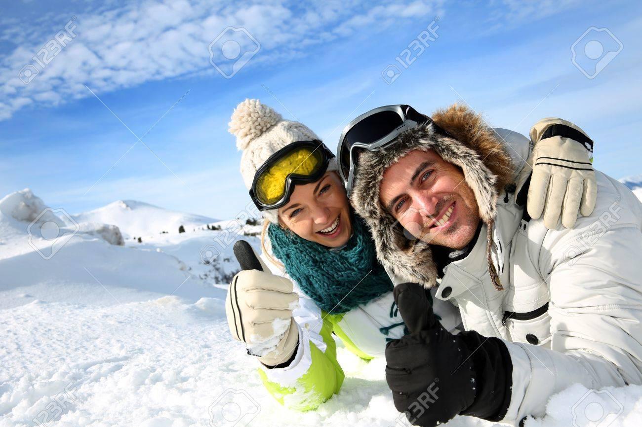 pareja de esquiadores que se establecen en la nieve foto de archivo