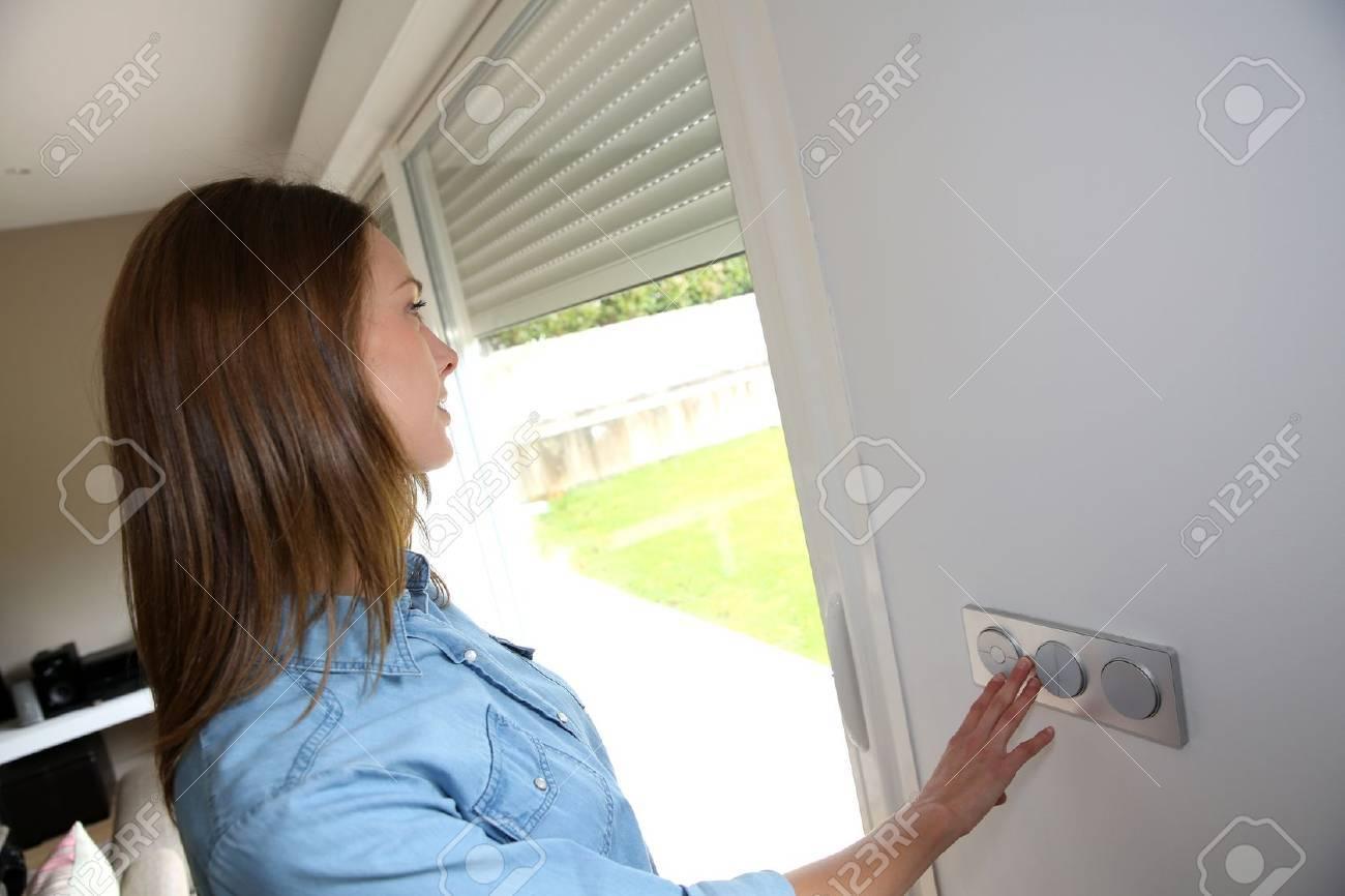 Nice Frau Aufhebung Elektrische Rollläden Im Haus Standard Bild   20073211