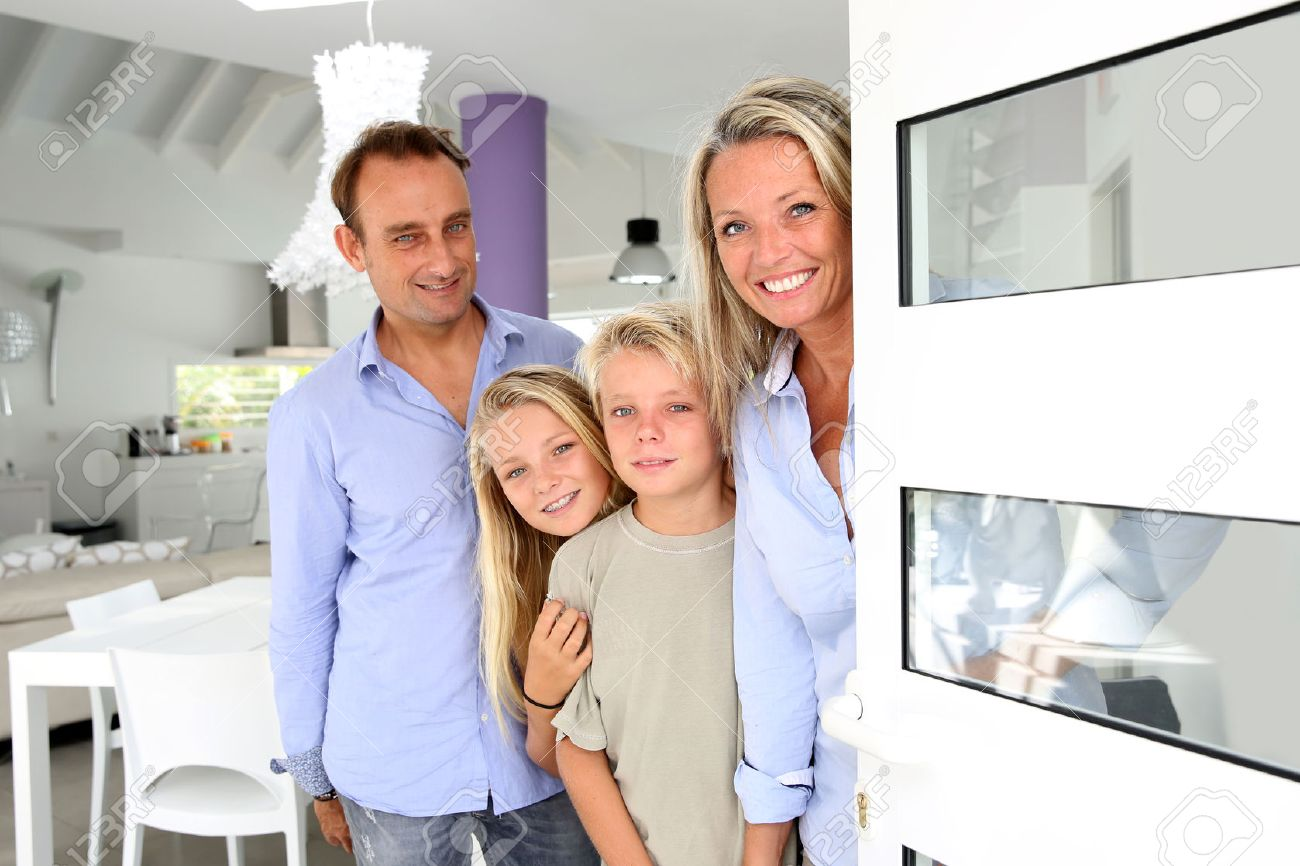 Happy family welcoming people at home - 24533999