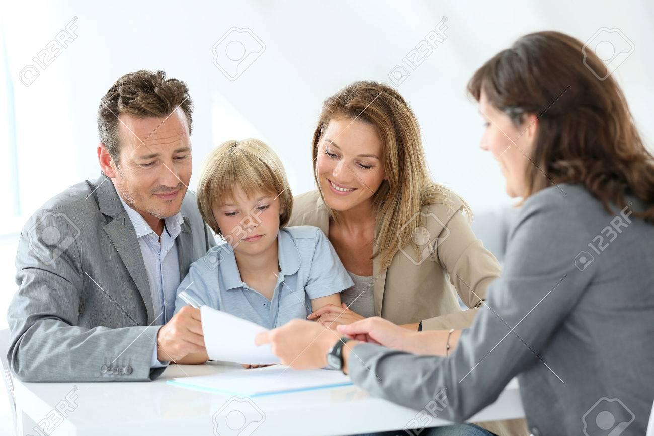 Reunión Familiar Agente De Bienes Raíces Para Comprar Casa Nueva ...
