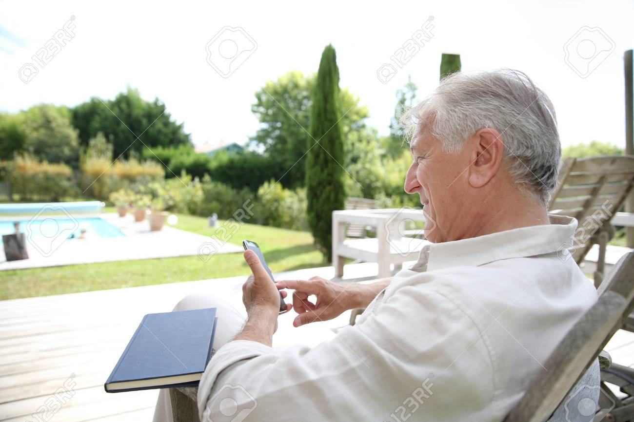Senior Téléphone Détente Et D'utiliser Dans Le Longue De Homme Chaise nwX0P8Ok