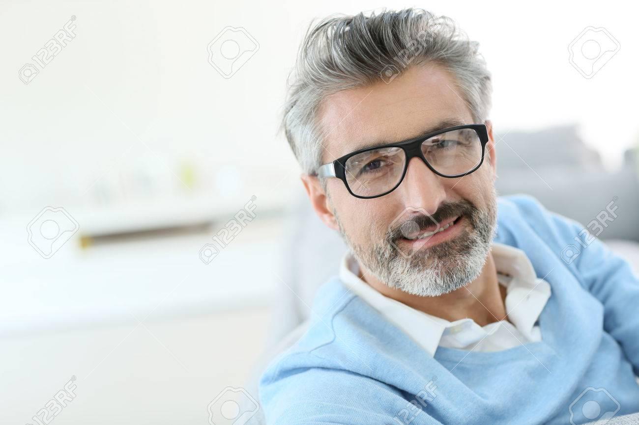 Lächelnder Fälliger Mann Mit Grauen Haaren Tragen Brillen