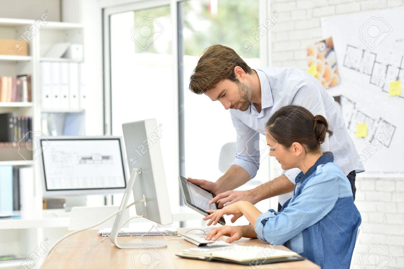 Geschaftsleute Die Im Buro Arbeiten Auf Desktop Computer