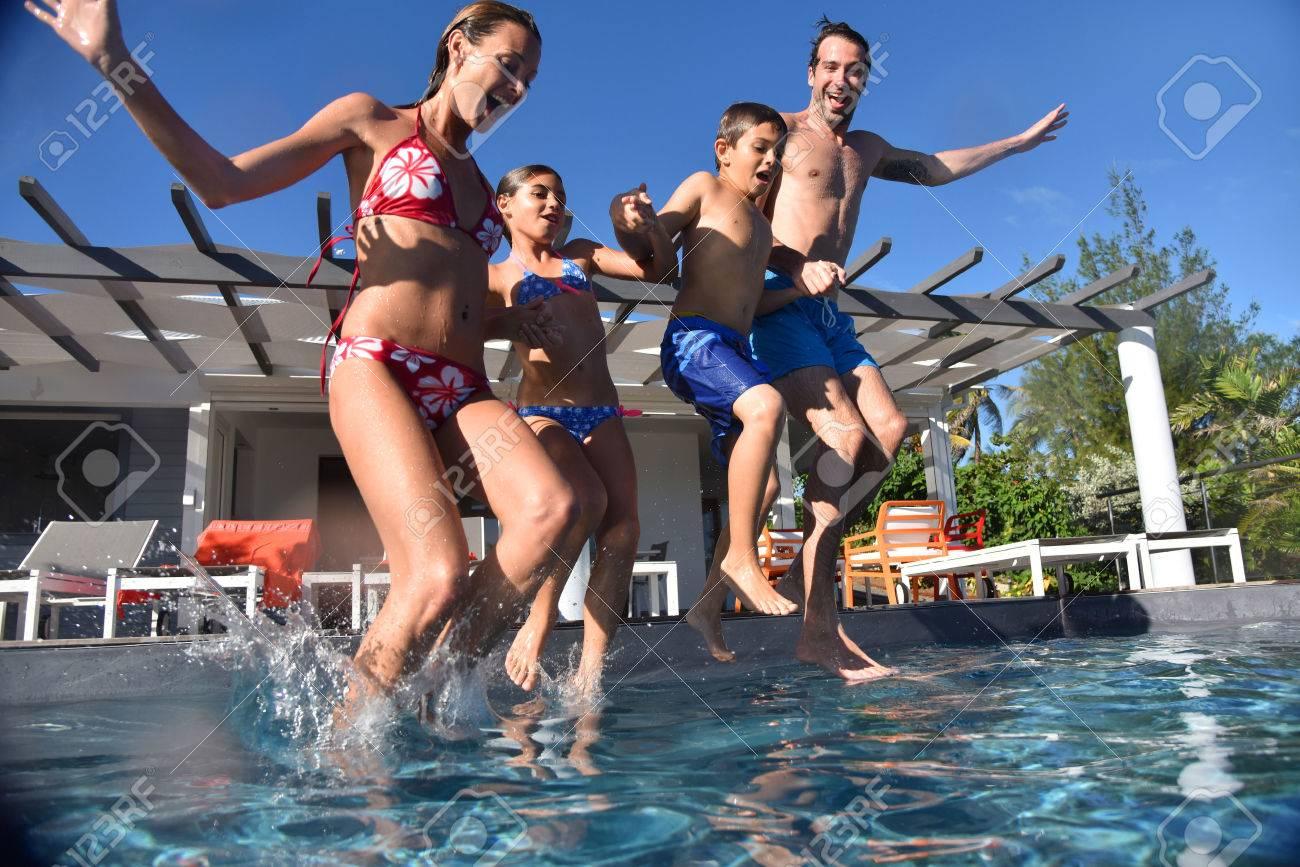 Famille sautant dans la piscine piscine Banque d'images - 50355867