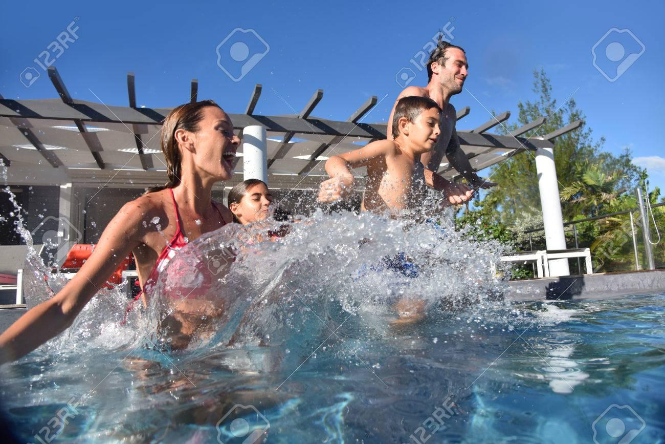 Famille sautant dans la piscine piscine Banque d'images - 50356251