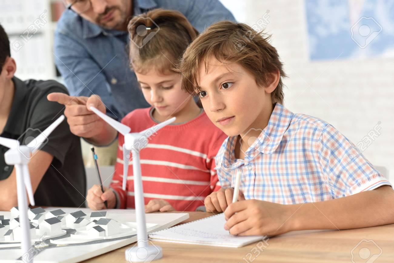 Grundschüler über erneuerbare Energien zu lernen Standard-Bild - 50630495