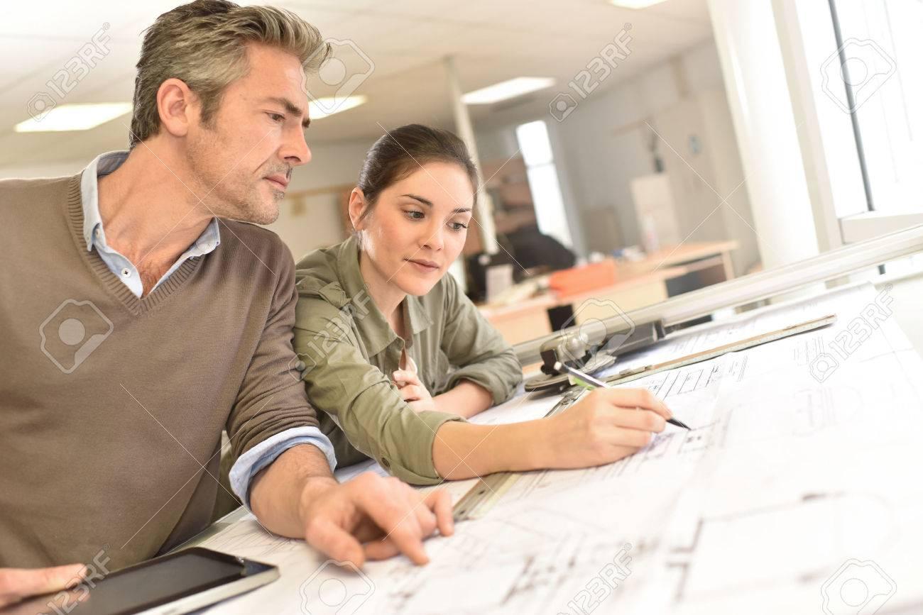 Architekten an Projekt arbeiten im Büro Standard-Bild - 50630929