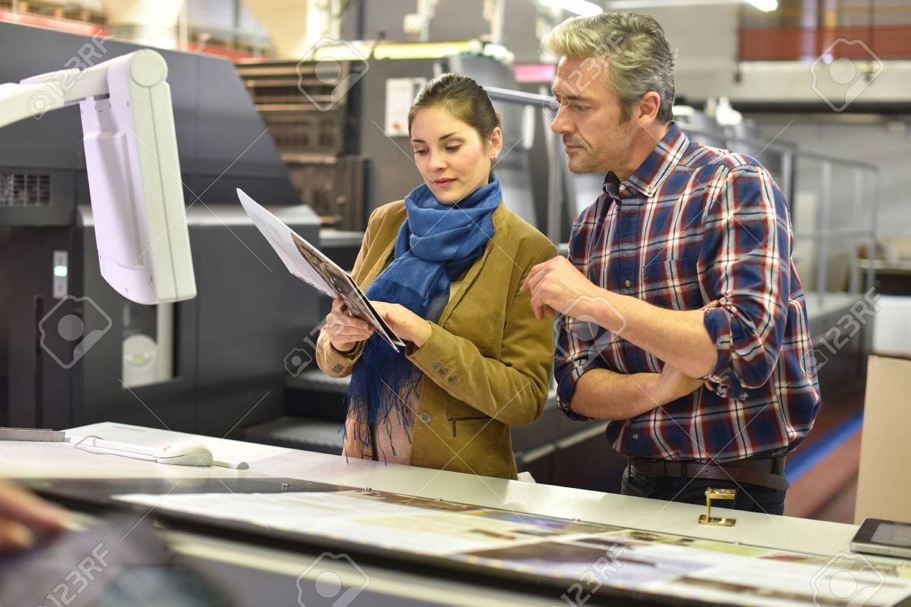 Der Mensch in der Druckerei zeigt Client gedruckten Dokumenten Standard-Bild - 51015339